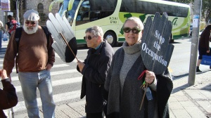Jeff Halper standing with the Jerusalem Women in Black - 24 Dec. 2010 - Photo: Sherry Ann